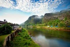 Ποταμός και μπλε ουρανός ειρήνης Στοκ Εικόνες
