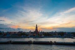 Ποταμός και ναός Wat Arun κατά τη διάρκεια του ηλιοβασιλέματος στη Μπανγκόκ Ταϊλάνδη Στοκ εικόνες με δικαίωμα ελεύθερης χρήσης