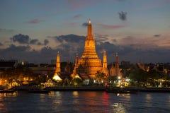 Ποταμός και ναός Wat Arun τη νύχτα στη Μπανγκόκ Ταϊλάνδη Στοκ φωτογραφία με δικαίωμα ελεύθερης χρήσης