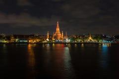 Ποταμός και ναός Wat Arun τη νύχτα στη Μπανγκόκ Ταϊλάνδη Στοκ εικόνες με δικαίωμα ελεύθερης χρήσης