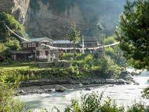 Ποταμός και οικήματα Marsyangdi σε Chame, Νεπάλ Στοκ Εικόνες