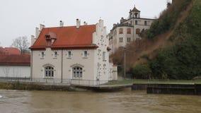 Ποταμός και οικοδόμηση στην ξηρά Sigmaringen, baden-Wurttemberg, Γερμανία απόθεμα βίντεο