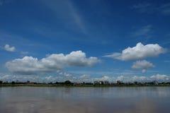 Ποταμός και ουρανός με τα σύννεφα Στοκ φωτογραφία με δικαίωμα ελεύθερης χρήσης
