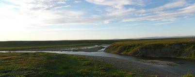 Ποταμός και ουρανός tundra το καλοκαίρι στοκ εικόνες