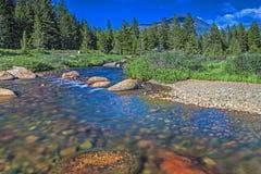 Ποταμός και πέτρες βουνών στο εθνικό πάρκο Yosemite σε Californi Στοκ Φωτογραφίες
