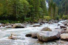 Ποταμός και πέτρες βουνών Στοκ εικόνες με δικαίωμα ελεύθερης χρήσης