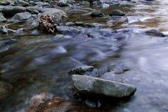 Ποταμός και πέτρες στοκ εικόνες με δικαίωμα ελεύθερης χρήσης