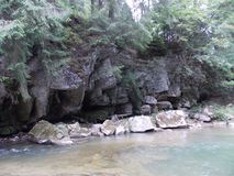 Ποταμός και παλαιός βράχος στο Καρπάθιο βουνό Στοκ εικόνες με δικαίωμα ελεύθερης χρήσης