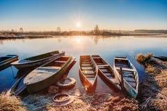 Ποταμός και παλαιά αλιευτικά σκάφη κωπηλασίας στο όμορφο ηλιοβασίλεμα ανατολής Στοκ φωτογραφία με δικαίωμα ελεύθερης χρήσης