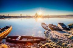 Ποταμός και παλαιό ξύλινο αλιευτικό σκάφος κωπηλασίας στην όμορφη ανατολή μέσα Στοκ Εικόνες