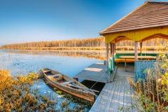 Ποταμός και παλαιό ξύλινο αλιευτικό σκάφος κωπηλασίας στην όμορφη ανατολή μέσα Στοκ φωτογραφίες με δικαίωμα ελεύθερης χρήσης