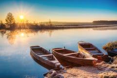 Ποταμός και παλαιό ξύλινο αλιευτικό σκάφος κωπηλασίας Στοκ Εικόνα