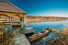 Ποταμός και παλαιό ξύλινο αλιευτικό σκάφος κωπηλασίας Στοκ φωτογραφία με δικαίωμα ελεύθερης χρήσης