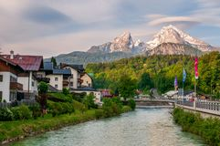Ποταμός και πόλη Berchtesgaden στη Γερμανία στοκ εικόνες με δικαίωμα ελεύθερης χρήσης