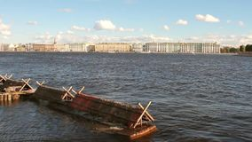Ποταμός και πόλη Neva στην ξηρά Πετρούπολη Ρωσία ST φιλμ μικρού μήκους