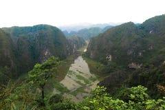 Ποταμός και τα βουνά, Ninh Bing, βόρειο Βιετνάμ Στοκ Φωτογραφίες