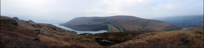 Ποταμός και τοπίο λόφων με μια μικρή ομίχλη στοκ φωτογραφία με δικαίωμα ελεύθερης χρήσης