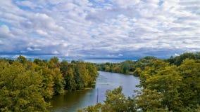 Ποταμός και φθινόπωρο σύννεφων timelapse φιλμ μικρού μήκους