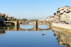 Ποταμός και Ponte Santa Trinita Arno στη Φλωρεντία, Ιταλία Στοκ Εικόνες