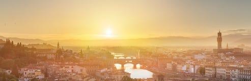 Ποταμός και Ponte Vecchio στο ηλιοβασίλεμα, Φλωρεντία Arno Στοκ εικόνα με δικαίωμα ελεύθερης χρήσης