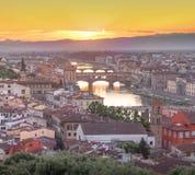 Ποταμός και Ponte Vecchio στο ηλιοβασίλεμα, Φλωρεντία Arno Στοκ εικόνες με δικαίωμα ελεύθερης χρήσης