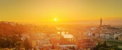 Ποταμός και Ponte Vecchio στο ηλιοβασίλεμα, Φλωρεντία Arno Στοκ Φωτογραφίες