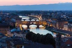Ποταμός και Ponte Vecchio Arno στη Φλωρεντία τη νύχτα Στοκ Εικόνα