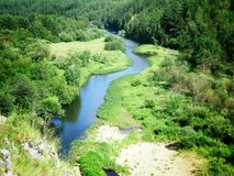 Ποταμός κοντά στα βουνά Ural Στοκ φωτογραφία με δικαίωμα ελεύθερης χρήσης