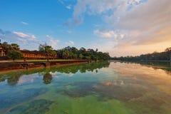 Ποταμός κοντά στον αρχαίο βουδιστικό khmer ναό σε Angkor Wat σύνθετο Στοκ Φωτογραφία