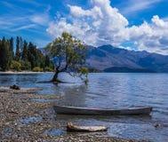 Ποταμός κοντά στον ποταμό και τη βάρκα στοκ φωτογραφία με δικαίωμα ελεύθερης χρήσης