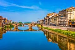 ποταμός κτηρίων γεφυρών arno στοκ φωτογραφίες