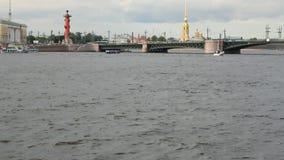 Ποταμός μεγάλο Neva, γέφυρα παλατιών Πετρούπολη Ρωσία ST φιλμ μικρού μήκους