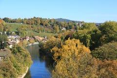 Ποταμός μεταξύ της φύσης και των σπιτιών στοκ εικόνες με δικαίωμα ελεύθερης χρήσης