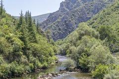 Ποταμός μεταξύ του βουνού Στοκ εικόνες με δικαίωμα ελεύθερης χρήσης