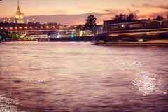 Ποταμός με μια αντανάκλαση των φω'των της πόλης νύχτας στοκ φωτογραφία με δικαίωμα ελεύθερης χρήσης