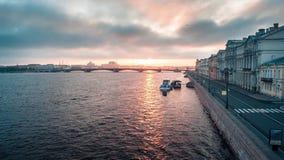 Ποταμός με μια βάρκα προς μια πόλη φιλμ μικρού μήκους