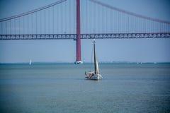 Ποταμός με μια πλέοντας βάρκα και τη γέφυρα Στοκ φωτογραφίες με δικαίωμα ελεύθερης χρήσης