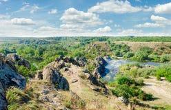 Ποταμός με τα ορμητικά σημεία ποταμού και τις επανθίσεις ενός βράχου στις τράπεζές του Στοκ φωτογραφία με δικαίωμα ελεύθερης χρήσης