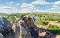 Ποταμός με τα ορμητικά σημεία ποταμού και τις επανθίσεις ενός βράχου στις τράπεζές του Στοκ εικόνα με δικαίωμα ελεύθερης χρήσης