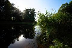 Ποταμός με τις ακτίνες αντανάκλασης και ήλιων Στοκ φωτογραφίες με δικαίωμα ελεύθερης χρήσης