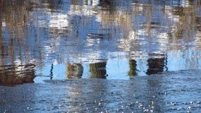 Ποταμός με τις αντανακλάσεις το χειμώνα Στοκ Εικόνες