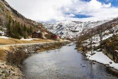 Ποταμός με τις όμορφα δύσκολα ακτές και τα σπίτια Στοκ Φωτογραφία