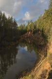 Ποταμός με τους απότομους βράχους κόκκινου ψαμμίτη Στοκ εικόνες με δικαίωμα ελεύθερης χρήσης