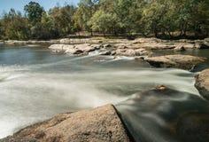 Ποταμός με τους βράχους και τους μικρούς καταρράκτες Στοκ Εικόνα