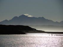 Ποταμός με το βουνό και τις αντανακλάσεις στοκ φωτογραφία με δικαίωμα ελεύθερης χρήσης