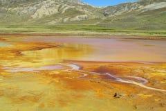 Ποταμός με το πορτοκαλί νερό χρώματος μετάλλων Στοκ Εικόνες