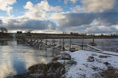 Ποταμός με weir ψαριών στοκ εικόνα με δικαίωμα ελεύθερης χρήσης
