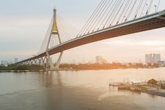 Ποταμός μπροστινή Μπανγκόκ γεφυρών αναστολής στοκ εικόνα