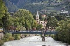 Ποταμός πομπών στην πόλη του Meran σε Merano, Ιταλία στοκ εικόνες