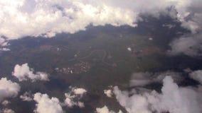 Ποταμός που βλέπει από ένα αεροπλάνο μια νεφελώδη ημέρα απόθεμα βίντεο